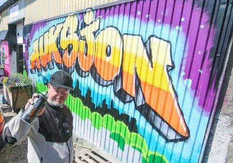 Sjelden rase: Gøran Stubberud er trolig en av to som fortsatt dekorerer vegger med grafitti. Nå har han pyntet opp fasaden til Loppeberget på NTP, og du trenger ikke lure på hva de driver med på innsiden.
