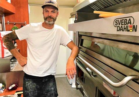 HUSLØS: Pizza-gutta Joachim Roters (45) og Harald Maalen (45) føler det meste er på stell til søndagens åpning - selv om sistnevnte ikke var på plass da bildet ble tatt.