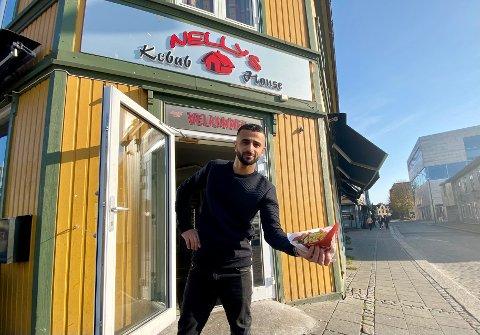 STORGATA: Hos Nellys Kebab House har de både hamburger, pizza og kebab på menyen. Men det er helt klart kebaben som er favoritten blant kundene. Eier Noman Dinarzahi er godt fornøyd med fjorårets driftsresultat.