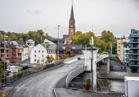 Før helga kommer det en gledesmelding fra Viken fylkeskommune. Arbeidene på Kråkerøybrua er ferdige, og nå åpner den straks.