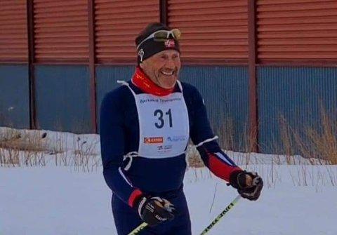 MED SMILET PÅ LUR: Martin Skog (73) liker seg i skiløypa.