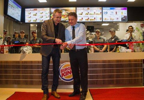 Eier av Linden Park, Dag Kjeldsberg (t.v.) og Burger Kings adm.dir. for Skandinavia, Rune Sandvik delte på åpningsjobben.
