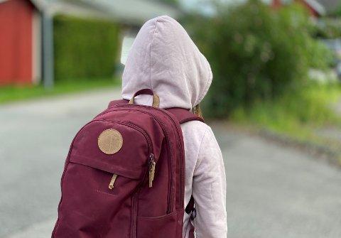 UTRYGG: Familien hennes flyttet fra et strøk preget av uro og rus. Kommunen mener konsekvensen av det må bli at jenta også skifter skole, siden den nye boligen ligger i en annen skolekrets.