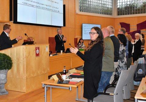 APPLAUS: Kommunestyret hedret administrasjonens innsats under pandemien med stående applaus onsdag.