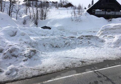 Veien inn til hyttefeltet er sperret med en snøvoll.