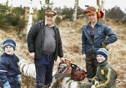 Alltid med: Uansett hva bestefar Henry holdt på med, hadde Amund og Henrik alltid fast plass sammen med ham. Fra venstre; Henrik Maarud (6), «Bess» Henry Myhre, Carl Fredrik Dystland og Amund Maarud (8) sittende på stokken.
