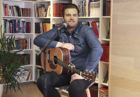 MYE PÅ GANG: Kenneth Norum har travle dager, både på turné og i studio. Her under veldedighetsoppdrag under Glåmdalens ringestafett for høstens innsamlingsaksjon tirsdag.