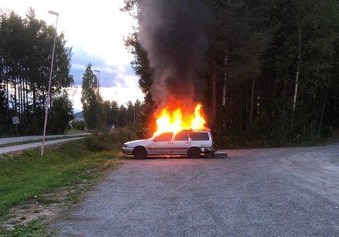 PÅTENT: Politiet etterforsker bilbrannen på Vennersberg lørdag, som de mistenker er påtent.