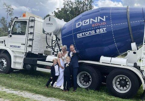 SOLID SKYSS: Slik så det ut da Heidi og Simen Aaseth Flisen giftet seg. Barna Markus (6), Emil (7) og Kaja (11) var selvsagt med på den store dagen.