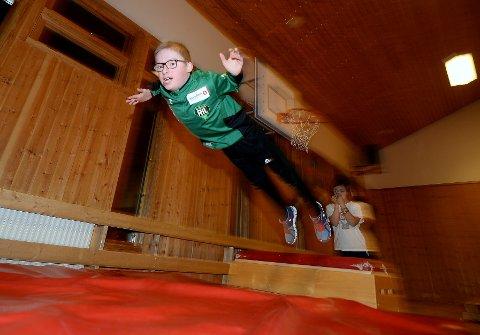 """IDRETTSGLEDE: Hopping fra kassa og ned på """"tjukkasen"""" er en populært. Fullstendig fryktløs flyr  denne sprekingen vannrett gjennom lufta."""