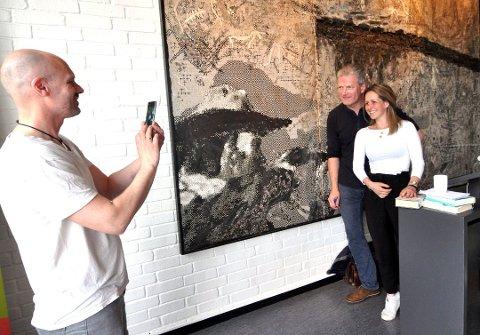 Mange ville hilse på forfatter Lars Mytting. Krimforfatter Frode Eie Larsen og forlegger Line Gjørttz Larsen sikrer seg bilde og autograf.