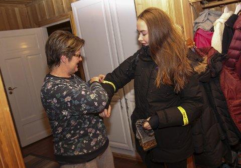 KLAR TIL AVGANG: Klokka er litt over halv seks og Mia er klar til å gå. Mamma Ann-Kristin Andersen hjelper til med refleksene.