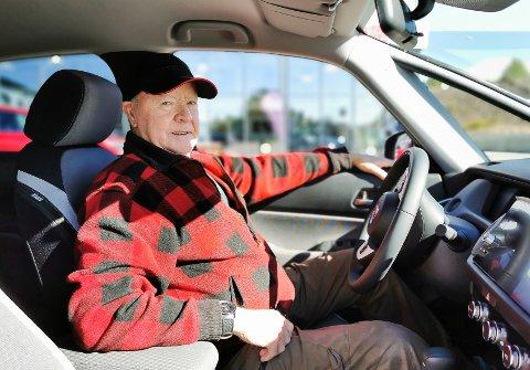 ERFAREN BILIST: Odd Myrer (76) har hatt mange biler i løpet av årene. Denne gangen falt valget på en Honda Jazz hybrid.