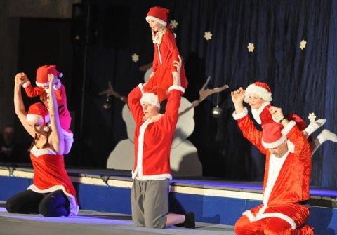 JULETURN: Hedda Alsaker (th) syntes det var trygt på skuldrene til pappa Bjørn Tore, under juleturnoppvisningen.