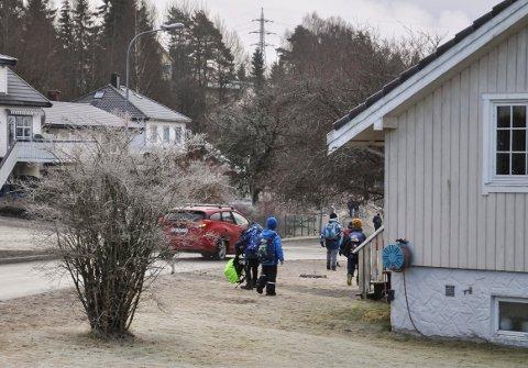 FARLIG:  Ungene  må bruker en av naboenes hage for å holde seg unna bilene. Fortau finnes ikke, og det har vært nære på ulykker.