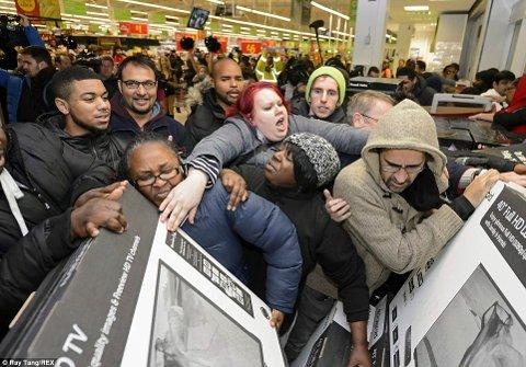 KAOS: Bildet er tatt i en amerikansk butikk i USA på Black Friday. – Svart Fredag er for oss i MDG symbolet på et forbrukssamfunn ute av kontroll. Vi oppfordrer til Grønn Fredag, skriver Johan Johansen.