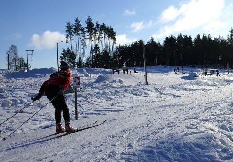 SKILØPER: En skiløper for full fart i kunstsnøløypa på Erte.