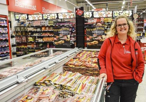 HIPPM HURRA FOR NORGE!: Anna Moen smiler som ei sol over det faktum at mange nordmenn handler i Sverige. Selv på en 17. mai.