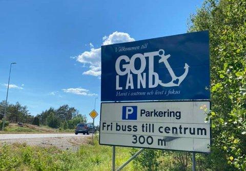 NAVNEBYTTE: Hva gjør Strömstad for å lokke nordmenn til byen i disse dager? Bytter navn, selvfølgelig! Her er et av skiltene som er endret på i innfarten til byen.