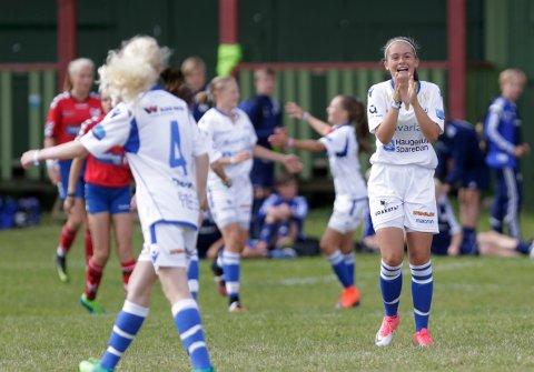 SÅ GLAD GÅR DET AN Å BLI: Ingrid Gismervik er happy etter at Marianne Helgesen har scoret Haugars andre mål.