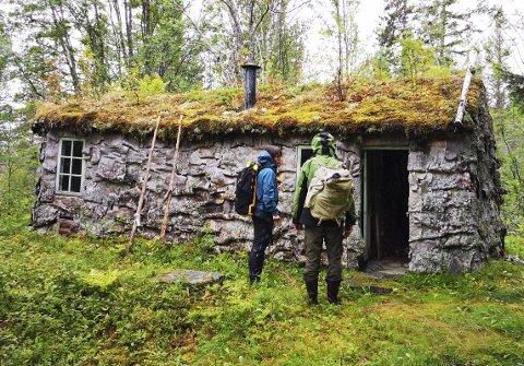På befaring: Husgamma som driftes av Helgeland museum skal restaureres. Nylig var representanter fra museet og Lomsdal-Visten nasjonalpark på befaring i Sørvassdalen. Her er nasjonalparkforvalter Torhild Lamo og Torbjørn Prytz utenfor gamma.