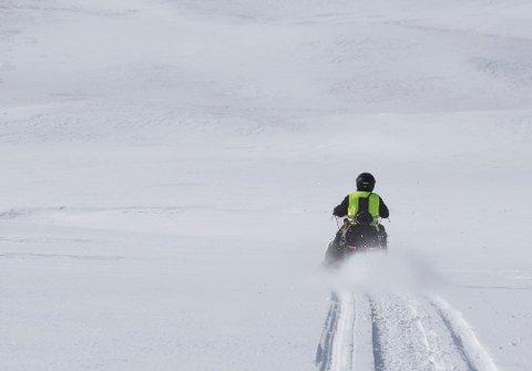 SNØMANGEL: Løypenettet i Hattfjelldal kan ikke åpnes fordi det er for lite snø, men kulda gjør i alle fall sitt til at isen blir tykkere.