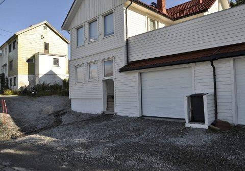 Fant veien under huset: Vannet har rent under og inn i huset til Gerhardsen. Hvilke skader som har oppstått, er enda usikkert.