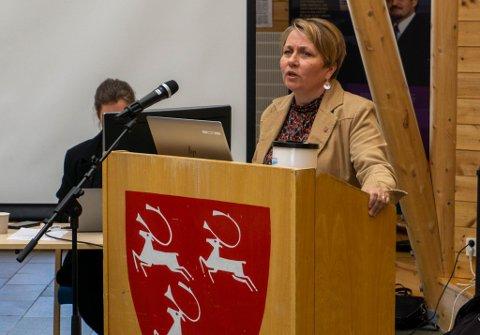 KNALLTØFF UKE: –Det er ikke noe artig å være politiker i Porsanger i dag, eller kanskje er det det for dem som ønsker konflikt. Debattklimaet er veldig tøft i kommunen. Denne uken har vist at det er knalltøft for alle. Og det er beklagelig. Jeg ønsker at vi kan løfte blikket og se fremover sammen, uttalte ordfører Aina Borch (Ap) fra talestolen. Fra den samme talestolen uttalte hun også at hun ikke har tillit til Hans Magnus Thunestvedt fra Tverrpolitisk liste i Porsanger.