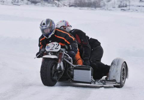 LITT AV EN SKYSS: To motorsportveteraner fra Aurskog-Høland i oppvisning med motorsykkel med sidevogn. Andreas Nærby er pilot, mens Geir Lien i sidevogna har den utakknemlige jobben som «burkslave». Alle foto: Øivind Eriksen