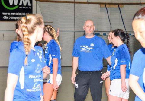 ENGASJERT: Hølandstrener Brede Stavenes i sitt rette element, i en taktikkprat med spillerne under en time-out. Nå gir han seg. Foto: Øivind Eriksen