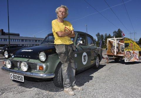PÅ TUR: Ingar Andreassen (71) fra Marker har tatt en tur til Bjørkelangen med sin 1965 Hillman Minx 1725 ccm. Foto: Øyvind Henningsen