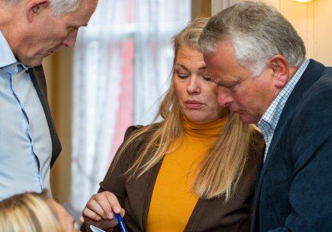 Kommuneoverlege Kirsten Toft tror det er sannsynlig at koronasmitten kan komme tilbake til Alstahaug. - Men denne gangen er vi bedre forberedt, sier hun. Her sammen med rådmann Børge Toft og ordfører Peter Talseth da helseminister Bent Høie gjestet Mosjøen.