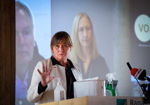 DIREKTØR: Administrerende direktør i Helse Nord, Cecilie Daae, svarte på spørsmål om sykehus under kommunestyremøtet i Rana. I bakgrunnen er styrelederne i Helgelandssykehuset og Helse Nord, Arne Benjaminsen og Renate Larsen, med digitalt.