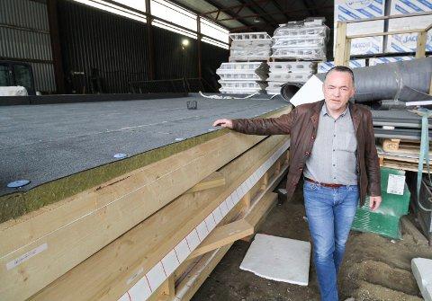 Dag Edvardsen, daglig leder  i Elmar Svendsen AS ved  bygget  som når det er ferdig skal romme sanitæranlegg for besøkende til Forslandsdalen kraftverk i Leirfjord