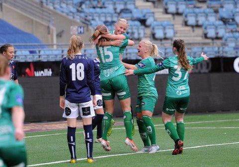 1-2: Kaja Karlsen har gitt Klepp ledelsen, og løftes i været av Marthine Østenstad (nr. 15). Julie Austdal og Lisbeth Eklse vil væremedpå feiringen.