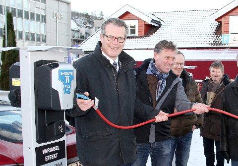 – IKKE MENINGEN: Ordfører Alf Johan Svele (H) fastslår at elbilistene ikke skal betale for parkeringen når de lader i Havnegaten. Bildet er fra åpningen i desember 2014.