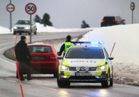 RYKKET UT: Politiet rykket ut til kollisjonen på Hvittingfossveien. Personen i sort er ikke involvert i hendelsen.