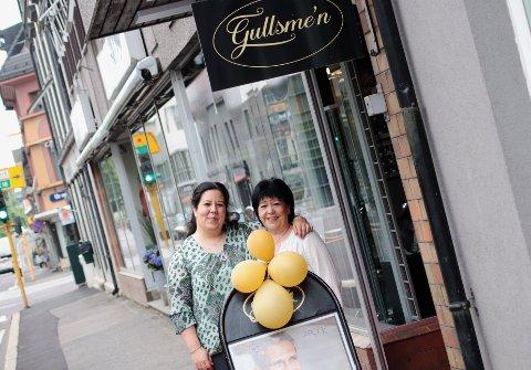 Jeanette Wang får litt hjelp av sin mor Kirsten Wang i den nye butikken.
