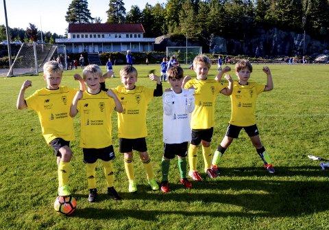 Gule og svarte: Kragerø gutter 7 år viser muskler. Så vant de da også begge kampene på Kolbånn.