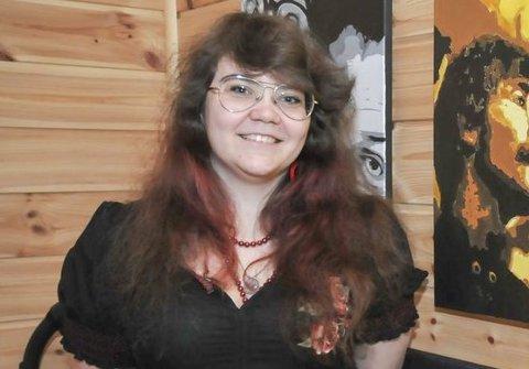 PÅ SØKERLISTA: Ragnhild Camilla Kristoffersen er blant de som har søkt på jobben som kirkegårdsarbeider og kirketjener. Her ved en tidligere anledning hvor hun holdt utstilling. Arkivfoto: Per Eckholdt