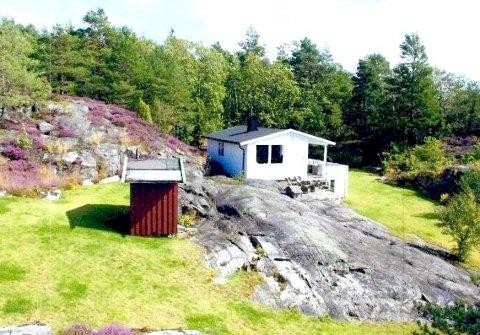 VIL BYGGE NYTT: Reitan ønsker å rive denne hytta og bygge en ny på plenen nedenfor fjellskråningen. Utedoen vil han rive, men ikke erstatte.