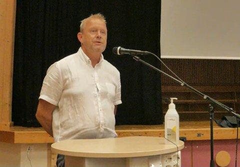 BA OM HJELP: Ordfører Grunde Wegar Knudsen (Sp) føler saken henger over ham. Nå skal tolkningsspørsmålet vurderes av kommunens øverste sjef.