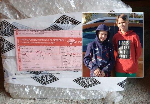 Slik ser pakken adressert til Alexander (11) i Matre ut. Her er Alexander saman med storebror Kevin (13) i Rosendal. Foto: Privat.