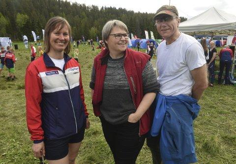 FORNØYD: løpsleder Kristin S. Eger (t.v.) med Jorid Tho og Hågen Hennum, datter og svigersønn av grunneier Kåre Tho.