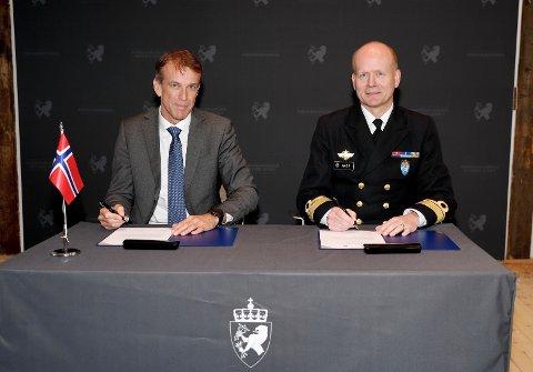 Eirik Lie, administrerende direktør i Kongsberg Defence & Aerospace AS og kontreadmiral Bjørge Aase i Forsvaret har signert en viktig intensjonsavtale.