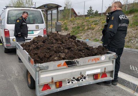 BLE STOPPET: Politiet reagerte på lasten og ba mannen fjerne noe av jorda før han kunne kjøre videre. Foto: Katrine Alexandra Leirmo Heiberg.