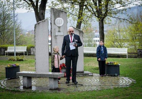 Helma Hansen Finnerud (6) fikk i hvert fall gå i et lite tog, sammen med bestefar Henning Martiniussen som holdt tale. Speideren Dagny Tinjær var med og la ned kransen.