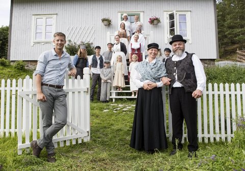 Vertskap: Hedda Kortnes som mentors kone tar imot gjester ved porten inn til den Farmen-gården, sammen med sin TV-ektemann mentor Rolf Arild Engebretsen (t.h.) og programleder Gaute Grøtta Grav. Foto: Alex Iversen/TV 2