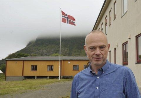 Nyrektoren: Rune Andreassen har heist flagget på sin første skoledag med elever på Gimsøy skole den 22. august 2016.