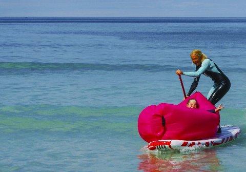 Fint vær: Kari Schibevaag er sup-padler på åpningsdagen lørdag. Du er ikke sikker på om du er i Syden eller på Flakstad, men det kan egentlig være det samme. alle foto: Kathrine Jusnes